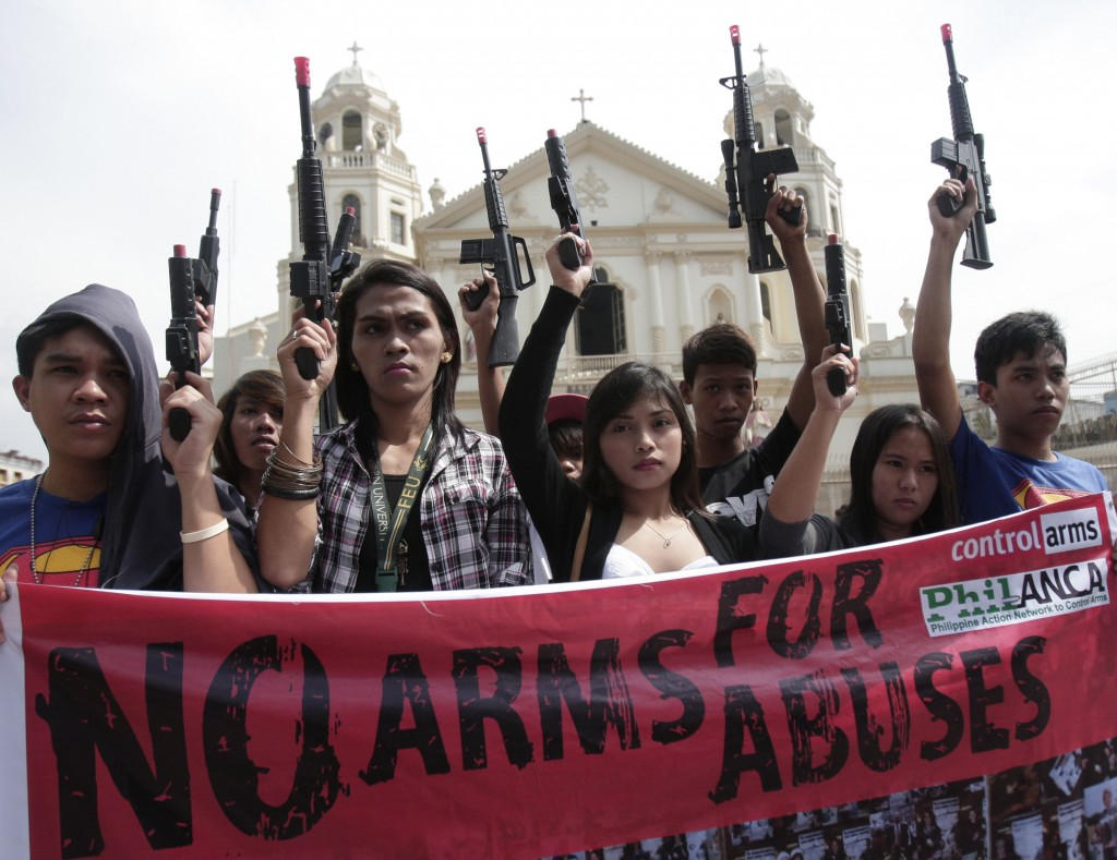 Students display toy guns… The students demanded the government to support International Arms Trade Treaty. ΦιλιπίνεÏ