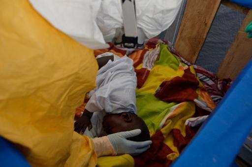 Φωτογραφία από το κέντρο διαχείρισης Έμπολα των Γιατρών Χωρίς Σύνορα στο Γκεγκεντού της Γουϊνέας © Julien Rey/MSF.