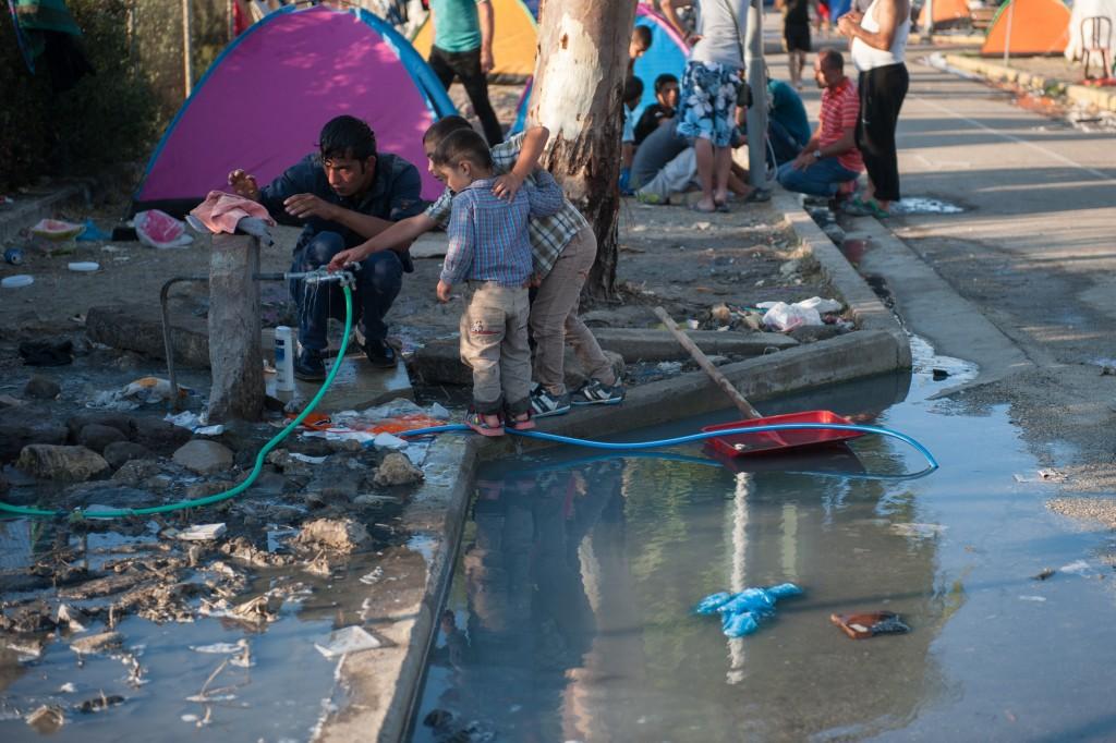 Αφγανός πρόσφυγας πλένεται στον καταυλισμό στον Καρα Τεπέ.
