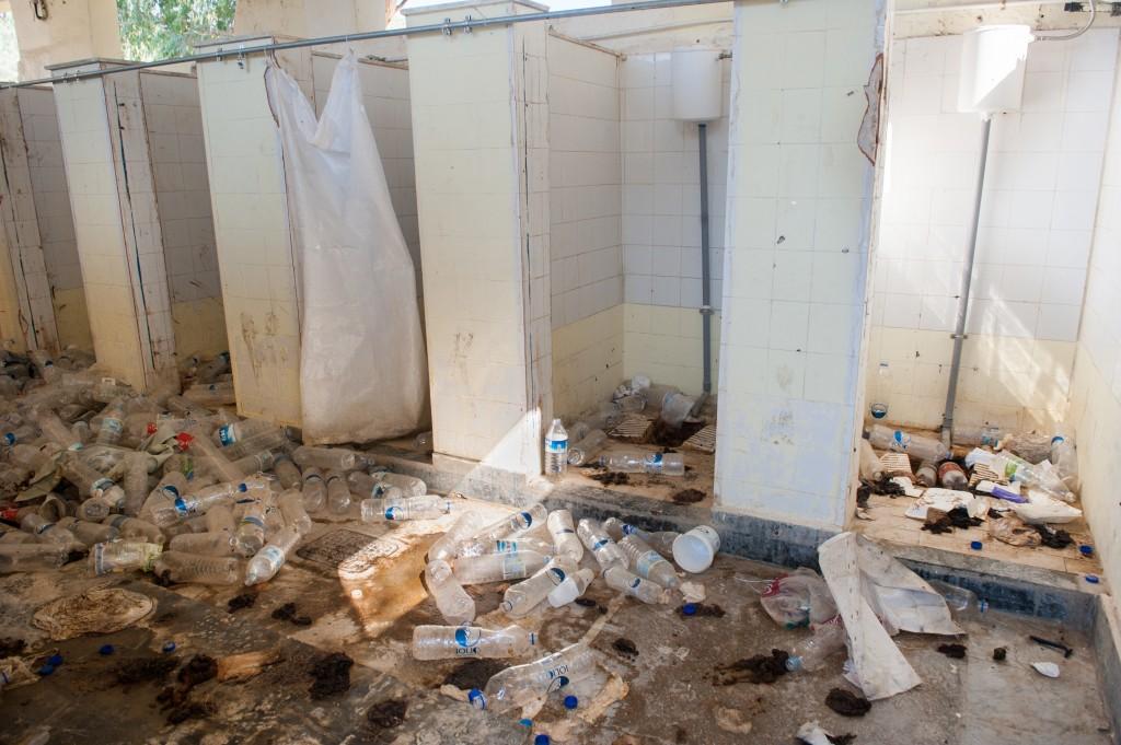 Οι τουαλέτες ανδρών στο Κέντρο Υποδοχής στη Μόρια, photo credit ©Georgios Makkas, Λέσβος, Ιούλιος 2015.