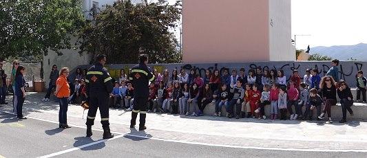 Οι εθελοντές πυροσβέστες Ν.Στύρων Ευβοίας ενημερώνουν τους μικρούς μ