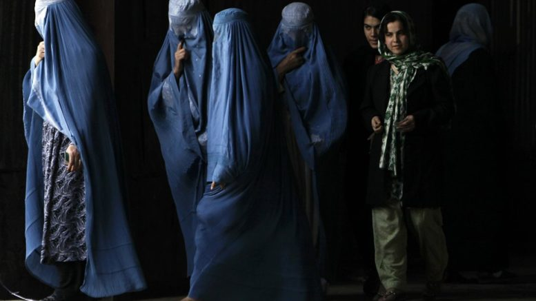 Afghan women leave after voting at a polling station during parliamentary elections in Kabul September 18, 2010. REUTERS/Ahmad Masood  (AFGHANISTAN - Tags: ELECTIONS POLITICS)