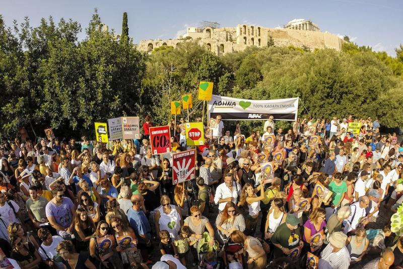 5_CrowdHoldingSigns_Athens_Greece_VassilisMathioudakis