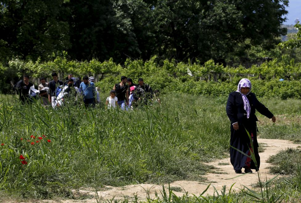A group of Syrian immigrants walk back towards Greece after an unsuccessful attempt to flee to Macedonia near the border village of Idomeni in Kilkis prefecture, May 13, 2015. REUTERS/Yannis Behrakis