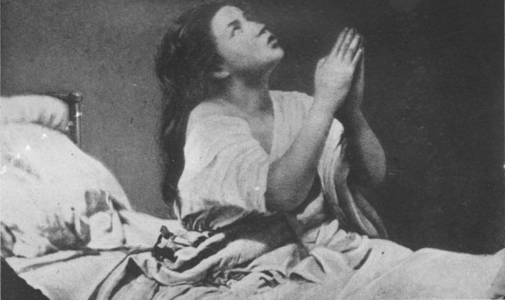 Εικόνα ασθενούς με υστερία υπό ύπνωση.