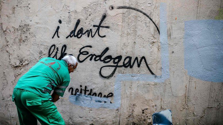 """Εργαζόμενος στο δήμο καλύπτει αντικυβερνητικό γκράφιτι στην Κωνσταντινούπολη. """"Κάθε μέρα φέρνει νέα και ανησυχητικά στοιχεία καταπίεσης και παραβιάσεων των ανθρωπίνων δικαιωμάτων στην Τουρκία"""" γράφει η Susan Munroe του Ιδρύματος Freedom From Torture."""
