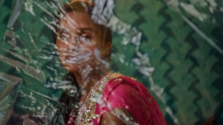 Η Mansi, 13 ετών, έπεσε θύμα εμπορίας από έναν άνδρα γειτονικού χωριού στη  βόρεια πολιτεία Ούταρ Πραντές. Βιάστηκε από τον έμπορο πίσω από ένα σιδηροδρομικό σταθμό στη Μαχαράστρα το 2012. Ο άντρας ανήκει στην Κοινότητα Yadav και έχει οικονομική επιρροή. Η Mansi κατάφερε να διαφύγει πριν ο έμπορος την πουλήσει σε οίκο ανοχής. Ανέφερε το περιστατικό στην αστυνομία σιδηροδρόμων που αντί να λάβουν δράση για την προστασία της, προφυλάκισαν την Mansi για 12 ημέρες, ενώ ο δράστης και η οικογένειά του προσπάθησαν να την πείσουν να ανακαλέσει την καταγγελία της. Smita_Sharma