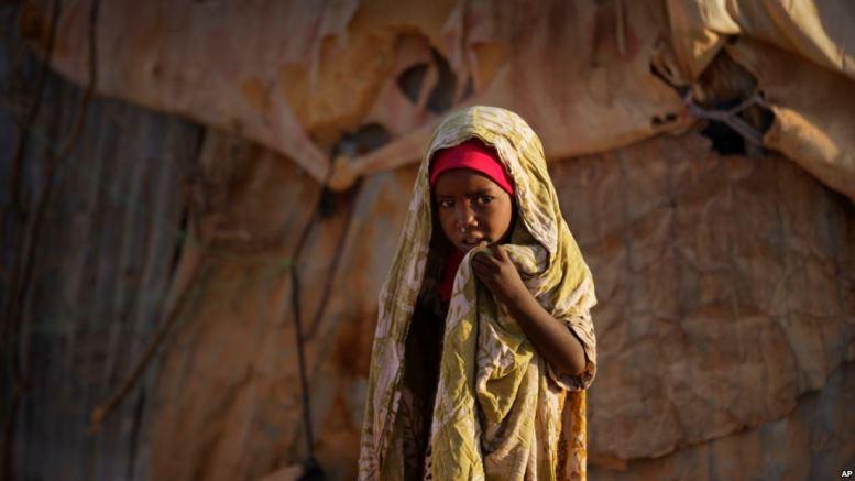 Ένα κορίτσι στέκεται έξω από την αυτοσχέδια καλύβα της σε ένα καταυλισμό στο Qardho της Σομαλίας, 9 Μαρτίου 2017.