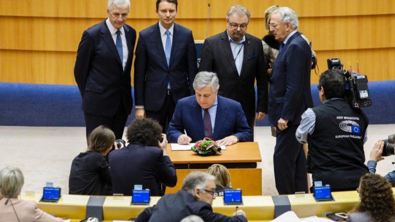 Ο Πρόεδρος του ΕΚ Αντόνιο Ταγιάνι υπογράφει τη νομοθεσία για τον Προϋπολογισμό της ΕΕ για το 2018