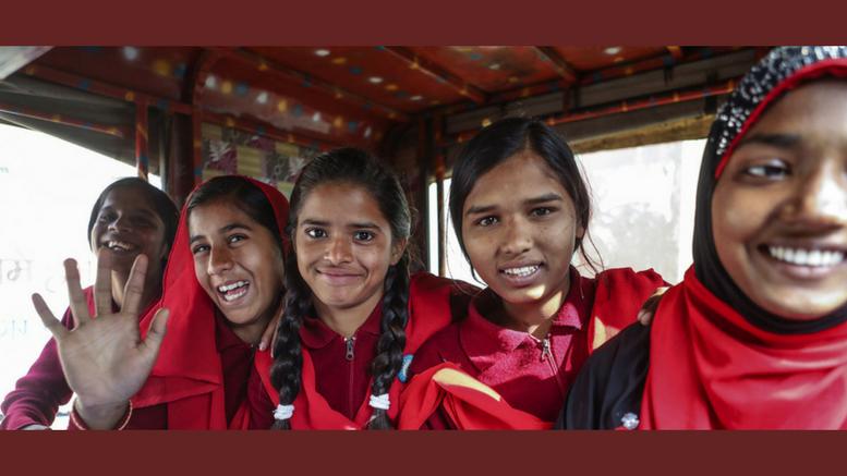 """Κορίτσια που """"νίκησαν"""" τον παιδικό γάμο πηγαίνουν στο σχολείο χρησιμοποιώντας μέσο μεταφοράς στο χωριό Berhabad της Ινδίας. Φωτογραφία: UNICEF/Vishwanathan"""