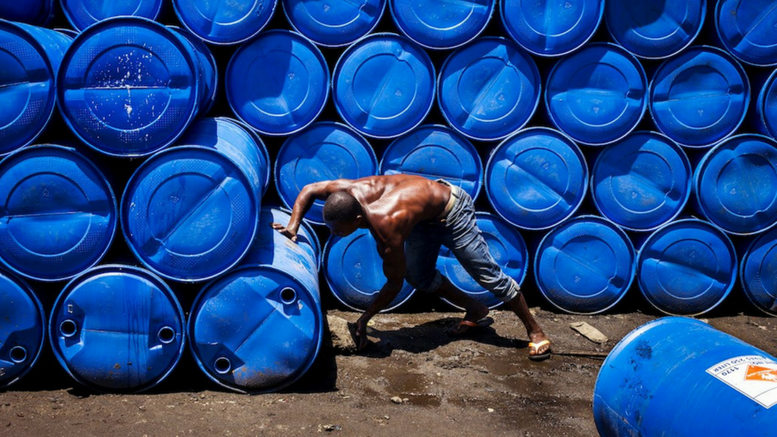 Οι νεαροί εργαζόμενοι είναι περισσότερο επιρρεπείς σε βλάβες από επικίνδυνες χημικές ουσίες και άλλους παράγοντες καθώς βρίσκονται ακόμη στο στάδιο της σωματικής και διανοητικής τους ανάπτυξης.  © Maxime Fossat / ILO