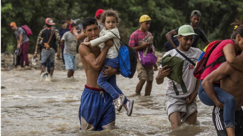 Οικογένειες από τη Βενεζουέλα διασχίζουν τον ποταμό Tachira αναζητώντας τροφή και ασφάλεια στην Κολομβία. ©UNHCR/Vincent Tremeau