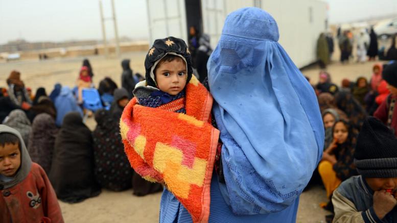 UNICEF/UN/0280717/Hashimi AFP-Services  O Malik γεννήθηκε σε περίοδο ξηρασίας, καθώς οι έντονες συγκρούσεις ανάγκασαν την οικογένεια του να εγκαταλείψει το σπίτι της. Είναι ένα από τα 600.000 παιδιά κάτω των 5 ετών που υποφέρουν από σοβαρό υποσιτισμό στο Αφγανιστάν. Η μητέρα του τον κρατά καθώς αναμένει να τον εξετάσει μια κινητή μονάδα υγείας της Unicef στον καταυλισμό  Shaidayee για εσωτερικά εκτοπισμένους στην επαρχιακή περιφέρεια Herat, στο βορειοδυτικό Αφγανιστάν. Οι κινητές ομάδες υγείας παρέχουν φροντίδα σε περιοχές με τις πιο δύσκολες κρίσεις στον κόσμο, φτάνοντας σε ανθρώπους που δεν έχουν καμία πρόσβαση σε υπηρεσίες υγείας.