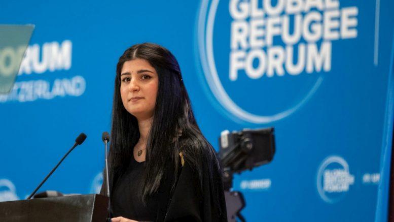 H Aya Mohammed Abdullah, πρόσφυγας από το Ιράκ που ζει στην Ελβετία, απευθύνεται στις αντιπροσωπείες του Παγκόσμιου Φόρουμ για τους Πρόσφυγες. © UNHCR/Andrew McConnell