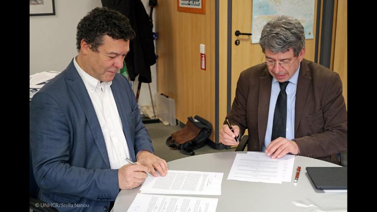 Ο Αντιπρόσωπος του Ύπατου Αρμοστή του ΟΗΕ για τους Πρόσφυγες στην Ελλάδα, Philippe Leclerc (αριστερά) και ο Πρόεδρος του Τμήματος Επικοινωνίας και ΜΜΕ του ΕΚΠΑ, Γιώργος Πλειός, κατά την υπογραφή του Μνημονίου Συνεργασίας. © UNHCR/Stella Nanou