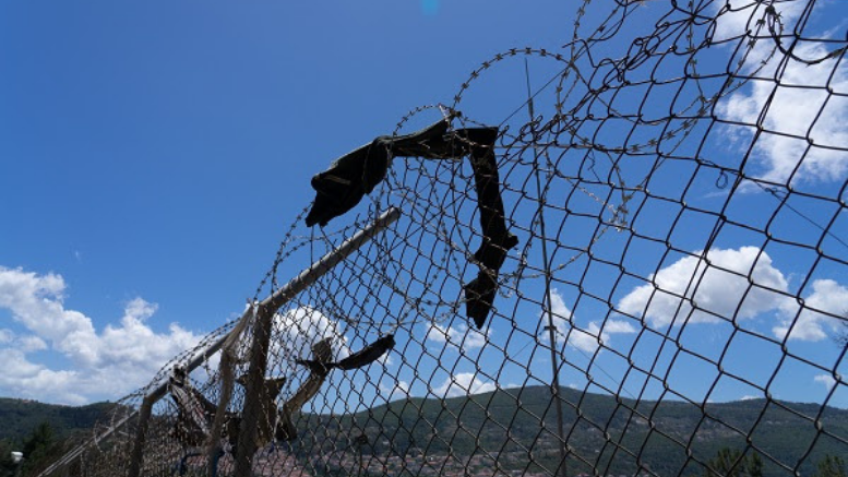 Σάμος ©Evgenia Chorou/MSF  Η έκθεση με τίτλο «Θεμελιώνοντας την κρίση στα ευρωπαϊκά σύνορα», καταδεικνύει πώς οι μεταναστευτικές πολιτικές της Ευρωπαϊκής Ένωσης θέτουν σε κίνδυνο την σωματική και την ψυχική υγεία καθώς και την ασφάλεια των ανθρώπων που είναι εγκλωβισμένοι στα ελληνικά νησιά.